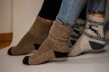 Frau trägt Yak-Socken